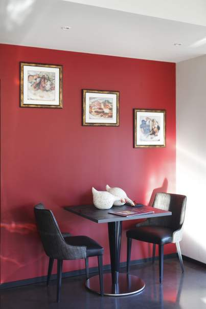 Table in the restaurant with red wall, Restaurant in the Ain of the Auberge Bressane of Buellas, Restaurant in the Ain around Bourg-en-Bresse